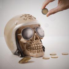 Kaukolės formos taupyklė su motociklininko šalmu